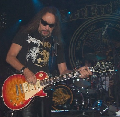 ACE FREHLEY FALLS OFF STAGE!